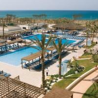 Alla rum har havsutsikt. Strandpromenaden nås direkt från hotellet.