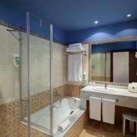 Badrum med både badkar och nyinstallerade dushar(ej på denna bild).